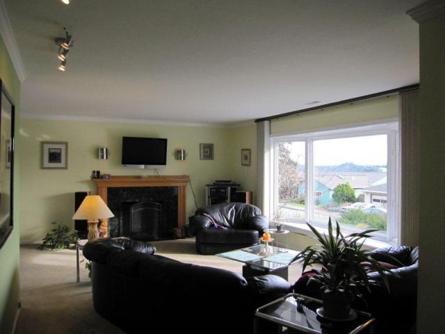 5.5 living room facing fireplace