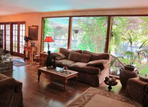 5 living room facing windows