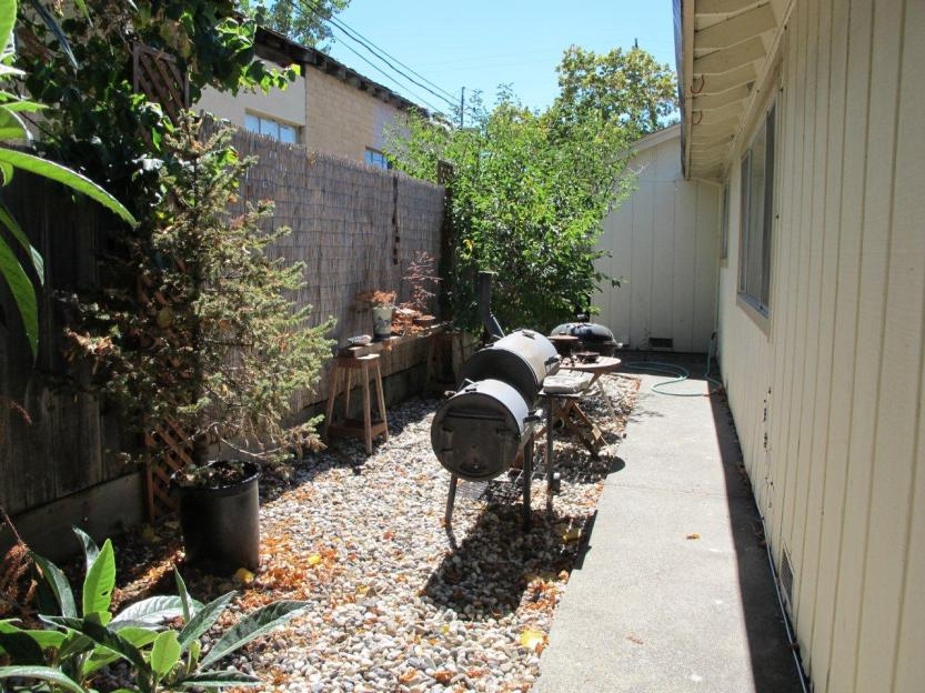 20 side yard with bbqs